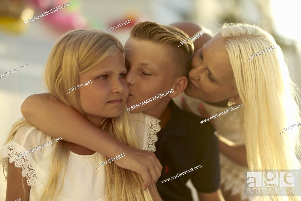 Photo de stock: mother with two children.