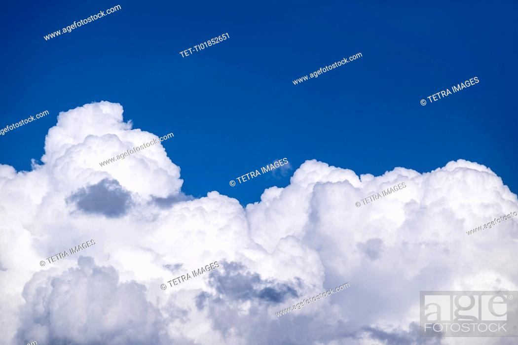 Imagen: View of puffy cloud formations.