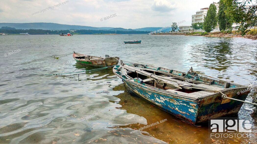 Imagen: Ancient boat in the shore of La Toja Island, Pontevedra province, Galicia, Spain.