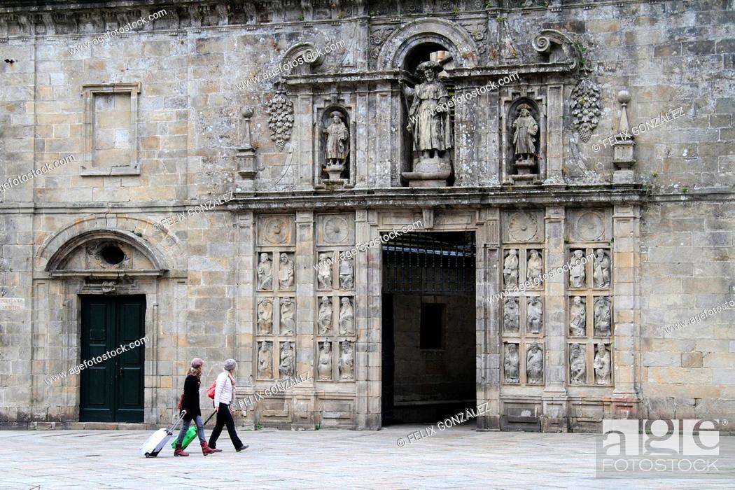 Stock Photo: Turist at Santiago de Compostela, Perdón Gate, Galicia, Spain.