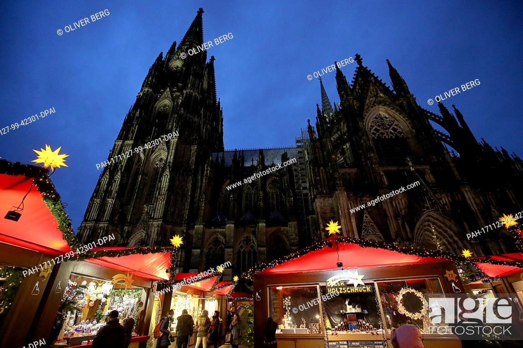 Stock Photo: Visitors walk on the grounds of the Christmas market in Cologne, Germany, 27 November 2017. Photo: Oliver Berg/dpa. - Cologne/North Rhine-Westphalia/Germany.
