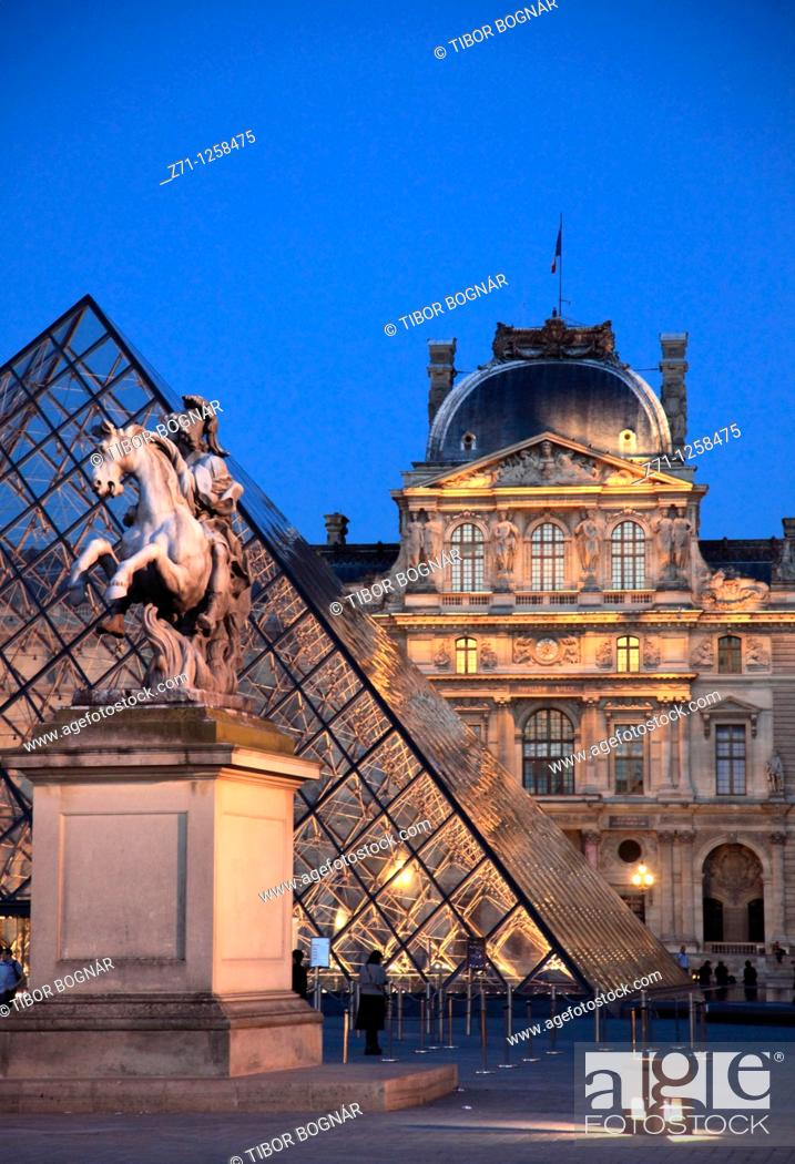 Stock Photo: France, Paris, Louvre, palace, museum, Pyramide,.