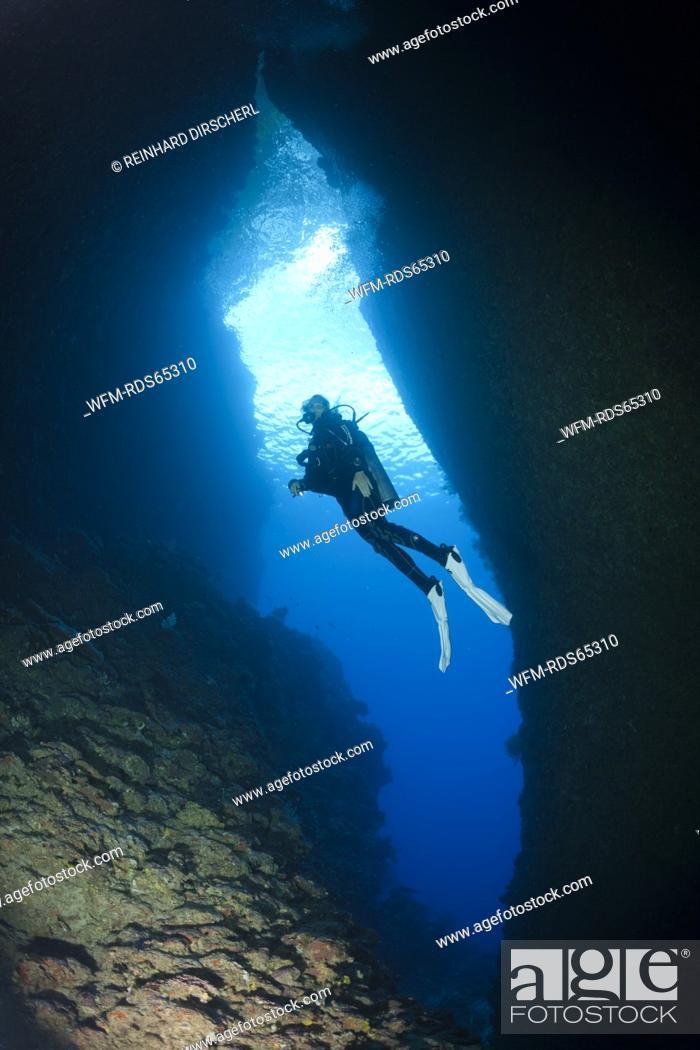 Photo de stock: Scuba Diving in Bat Caves, Russell Islands, Solomon Islands.