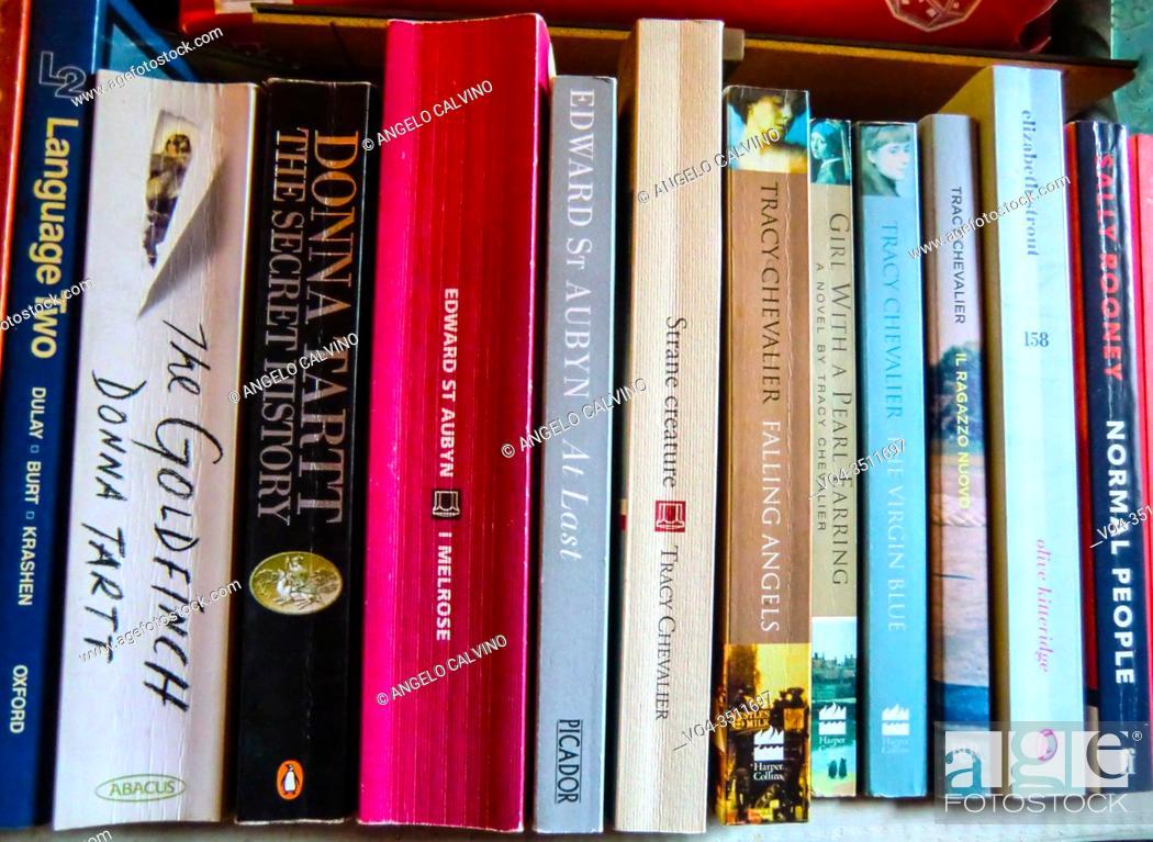 Imagen: Various books on shelves.