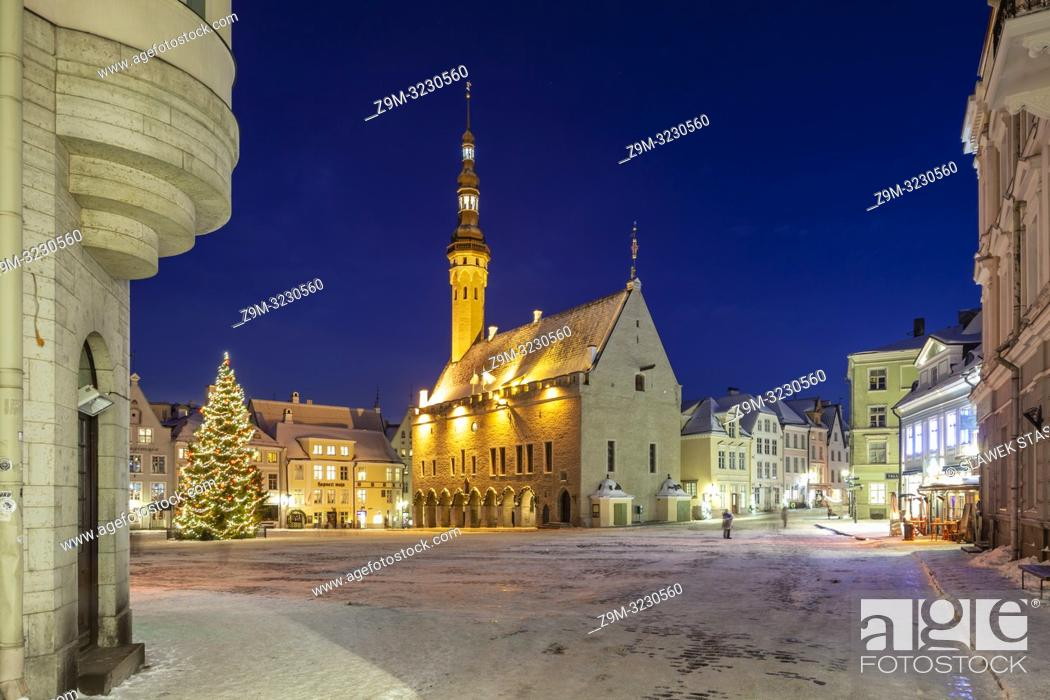 Photo de stock: Winter evening in Tallinn old town, Estonia. Town hall in the distance.