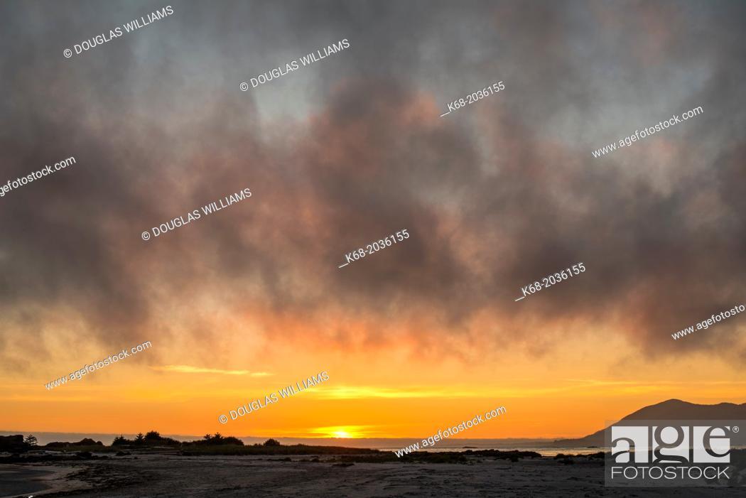 Imagen: sunset on the Hesquiat Peninsula, Vancouver Island, BC, Canada.