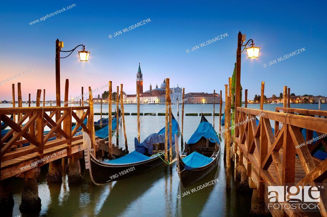 Photo de stock: Venice - gondola and San Giorgio Maggiore Church before sunrise time, Venice, Italy, UNESCO.