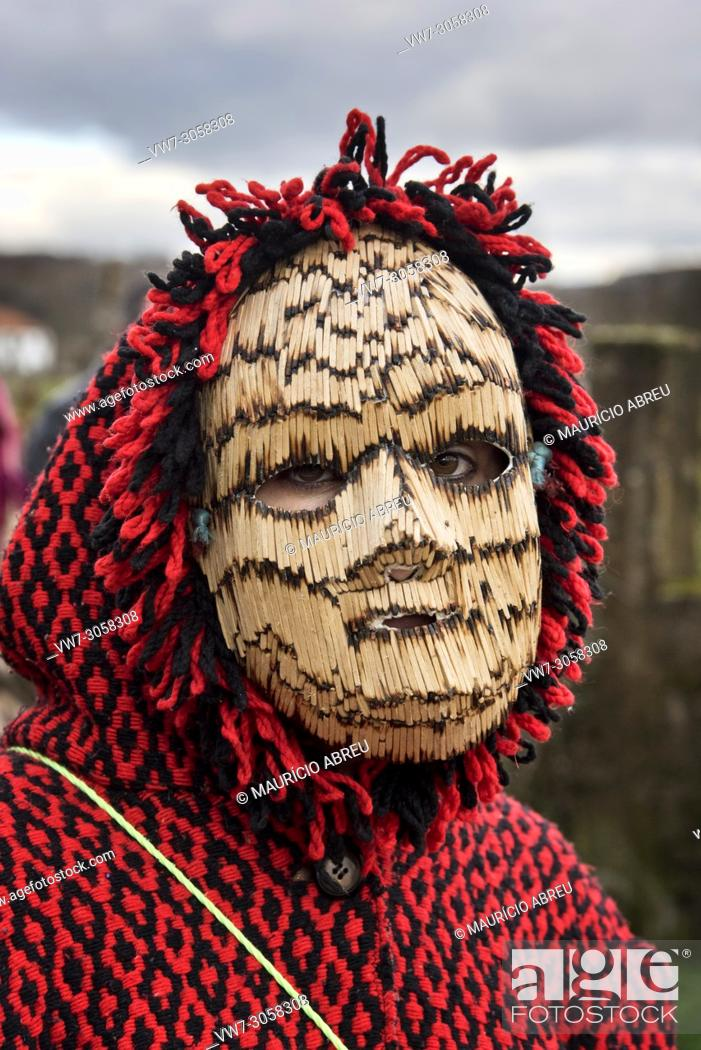 Imagen: Mask made of matches used during the Winter Solstice Festivities. Tras-os-Montes, Portugal.
