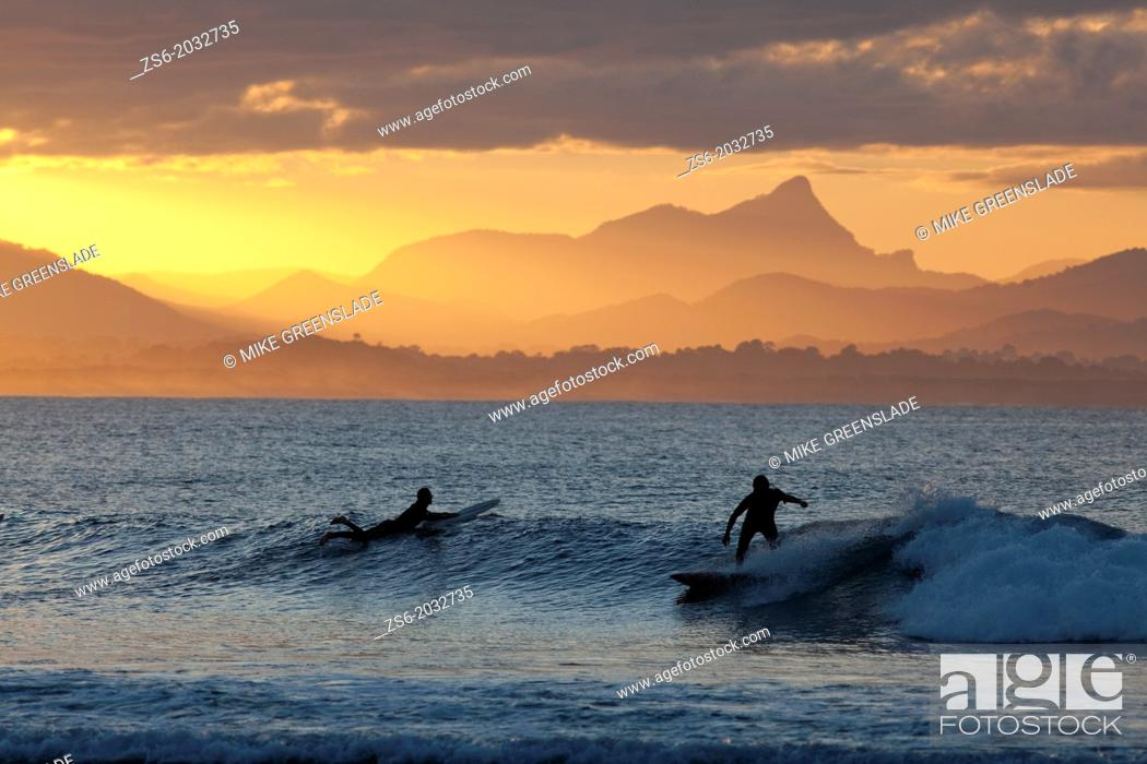 Imagen: Surfersat sunset, The Pass, Byron Bay, New South Wales, Australia.