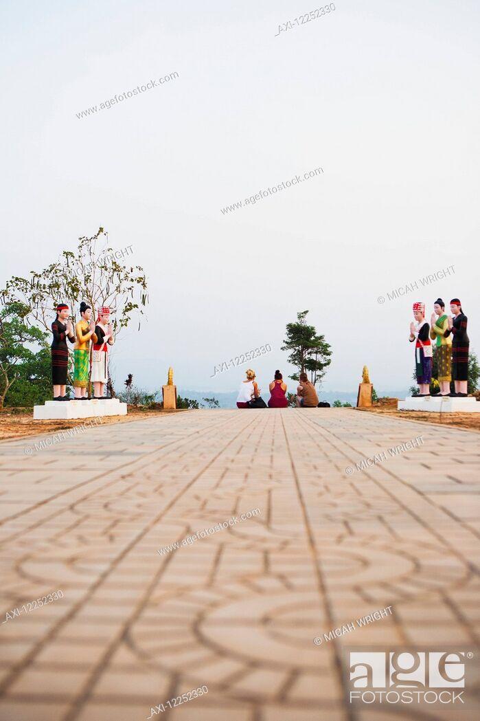 Imagen: Relaxing atop the hilltop stupa; Luang Namtha, Laos.