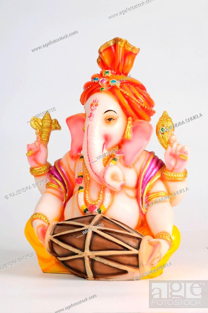 Imagen: Statue of lord ganesh playing mridung , India.