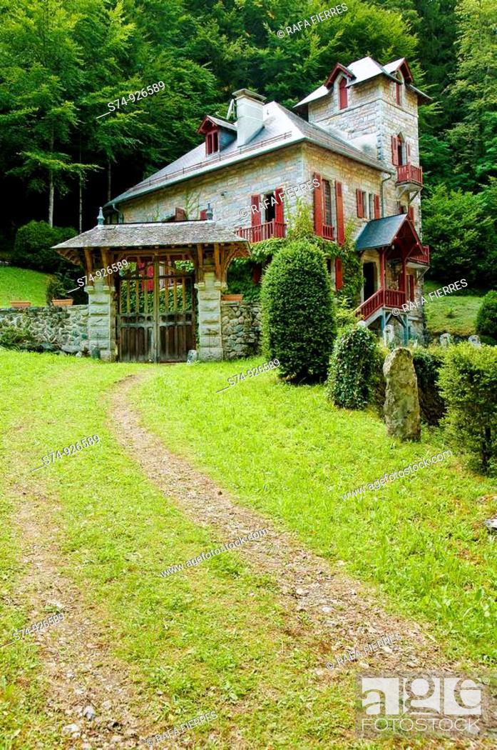 Stock Photo: Vista de la Villa de la Emperatriz, Eaux Bonnes, Francia.