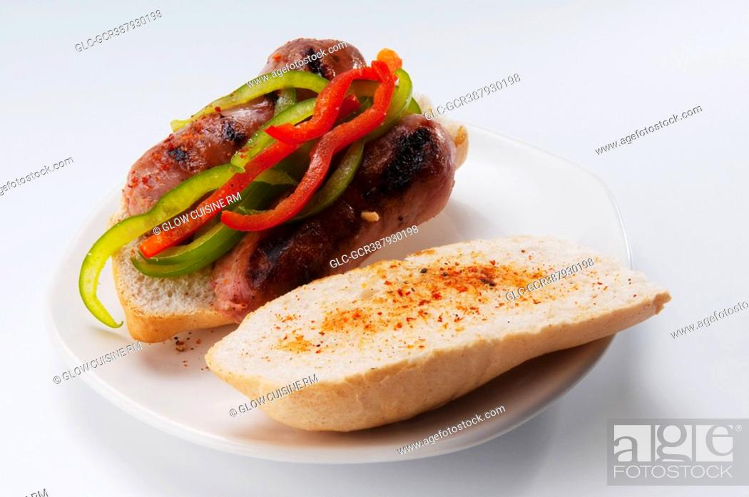 Imagen: Close-up of a sausage and peppers sandwich.