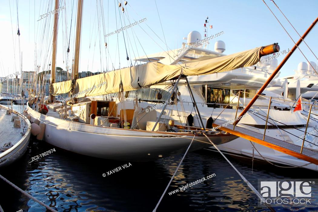 Stock Photo: Yachts docked on the old port, Cannes, Alpes-Maritimes, Provence-Alpes-Côte d'Azur, France.