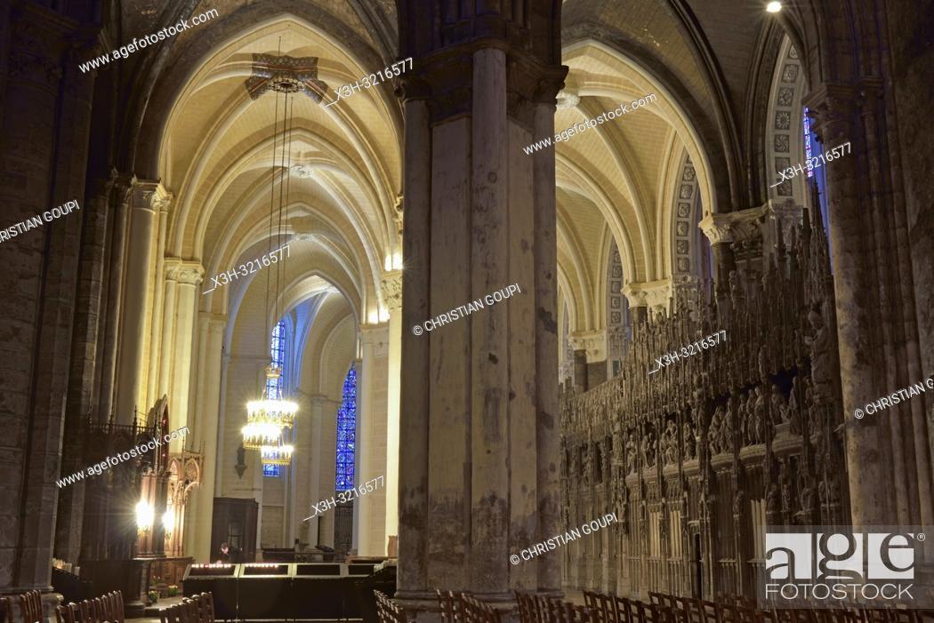 Stock Photo: deambulatoire et sculptures ornant la cloture ou tour du choeur de la Cathedrale Notre-Dame de Chartres, Eure et Loir, region Centre, France.