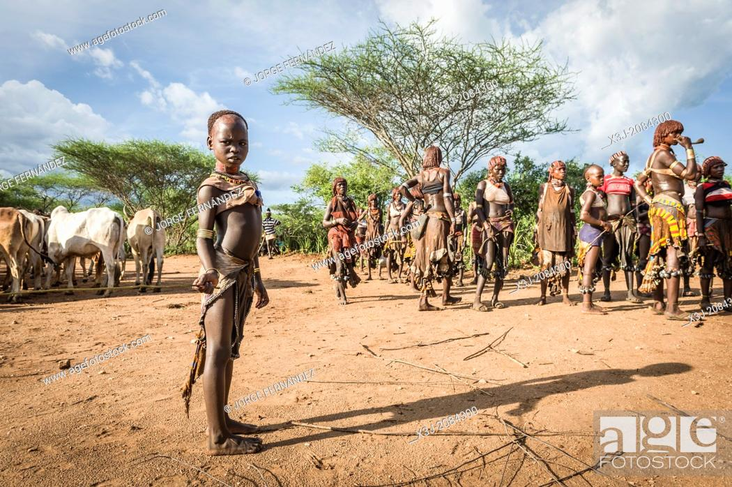 Imagen: Women dancing around the cattle during a bull jumping ceremony. A rite of passage from boys to men. Hamer tribe, Omo valley, Ethiopia.