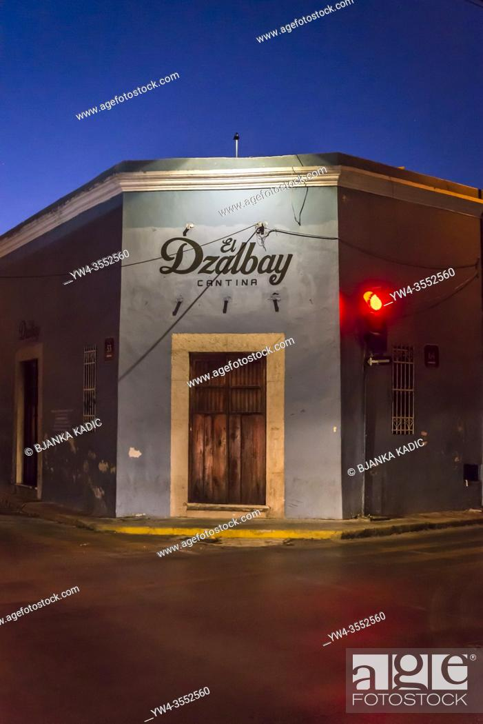 Photo de stock: Closed restaurant and red traffic light at night, Merida, Mexico.