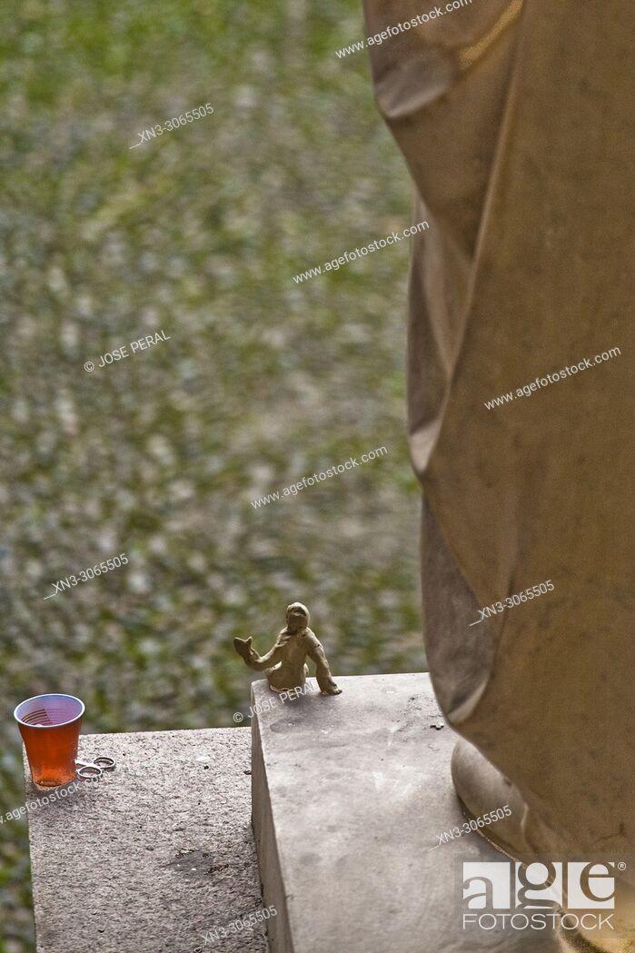 Imagen: Urban art, plasticine figure representing the human figure in small size.