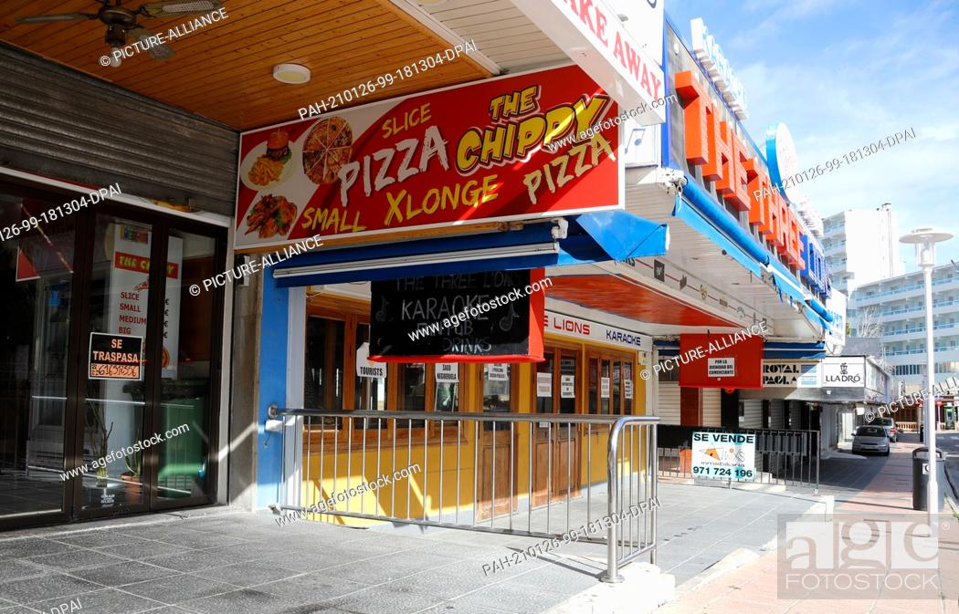 Imagen: 26 January 2021, Spain, Magaluf: Closed bars with for sale signs can be seen in Magaluf. The pandemic forced many tourist businesses.