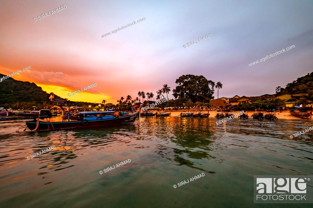 Photo de stock: Stunning Golden Hour Sea Scape at Phi Phi Islands in Andaman Sea, Thailand.