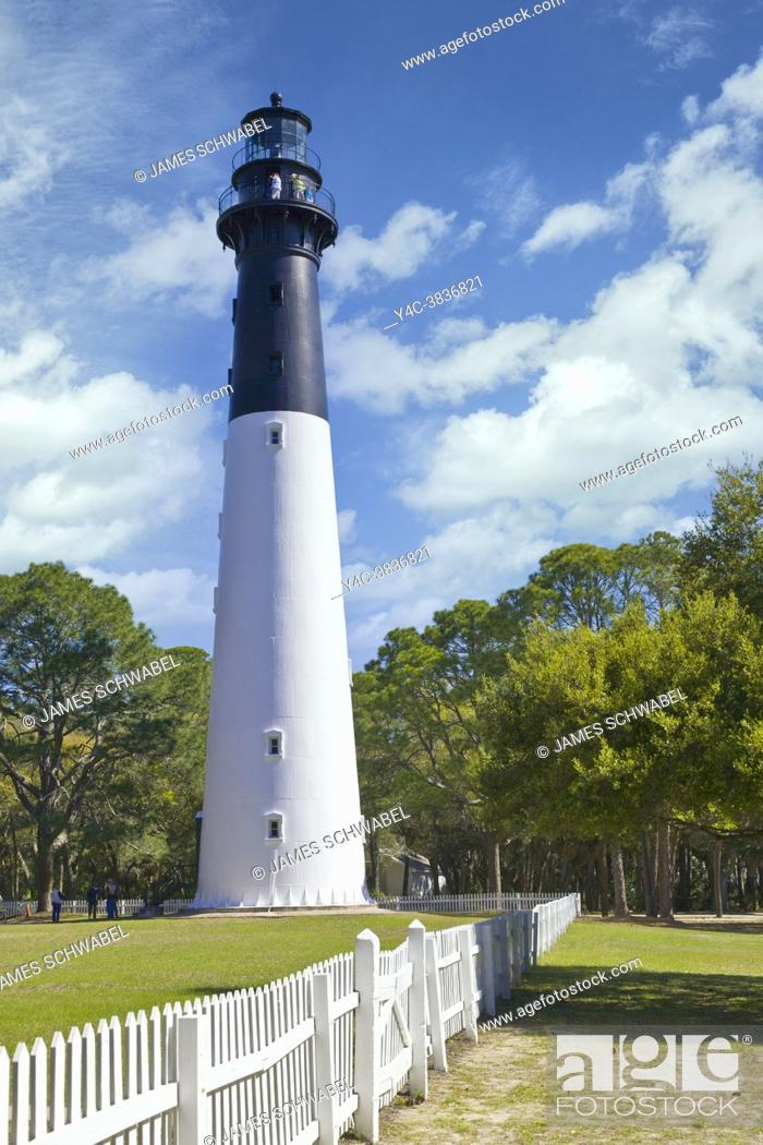 Imagen: Historic lighthouse in Hunting Island State Park in the Beaufort area of South Carolina.