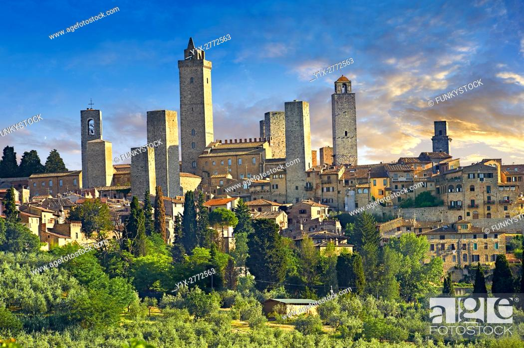 Photo de stock: The 13th century medieval wall and towers of San Gimignano. Originally San Gimignano had 70 towers built for protection as a result of feuding families who.