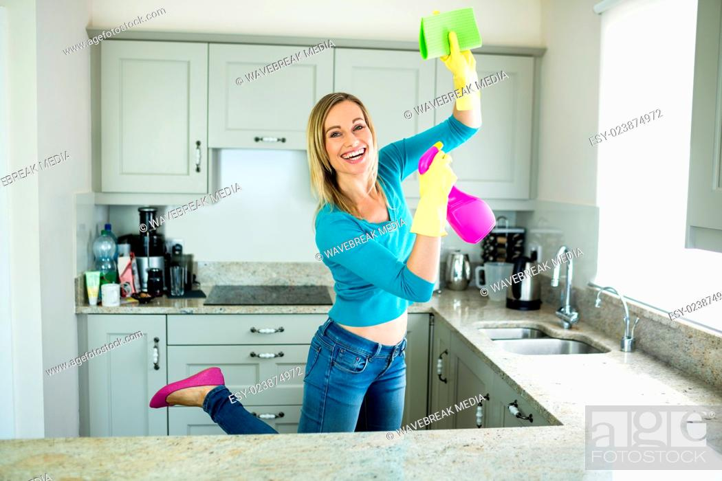 Imagen: Pretty woman doing her house chores.