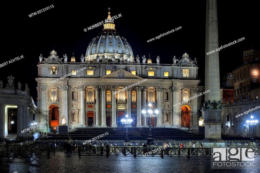 Imagen: Illuminated cathedral and column at St Peter Square, Rome, Italy.