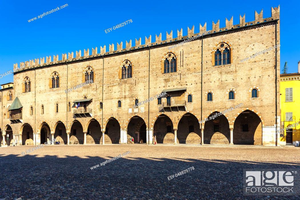 Imagen: Old square in Mantova, Italy.