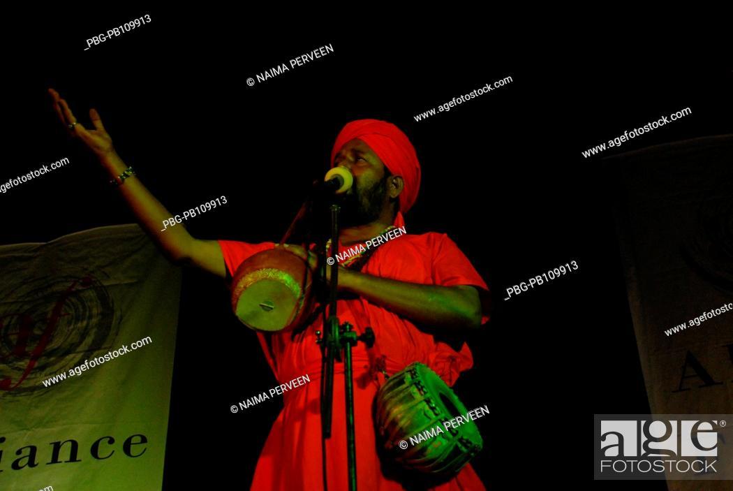 Imagen: Kiron Chandra Roy, a baul singer performs Chittagong, Bangladesh June 2009.