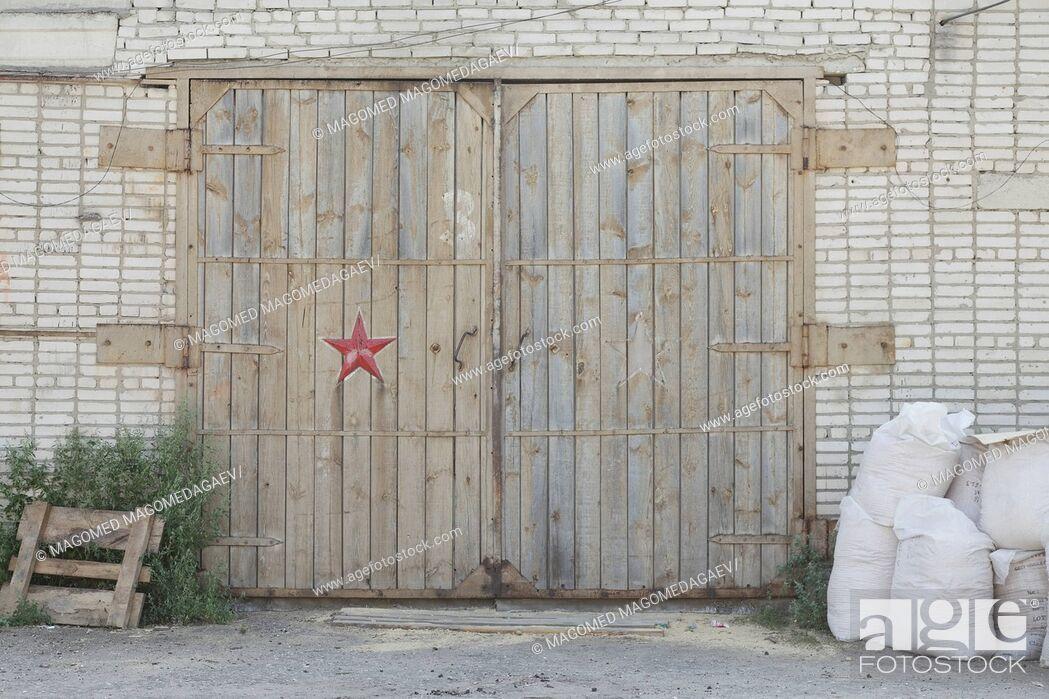 Imagen: Warehouse Door.