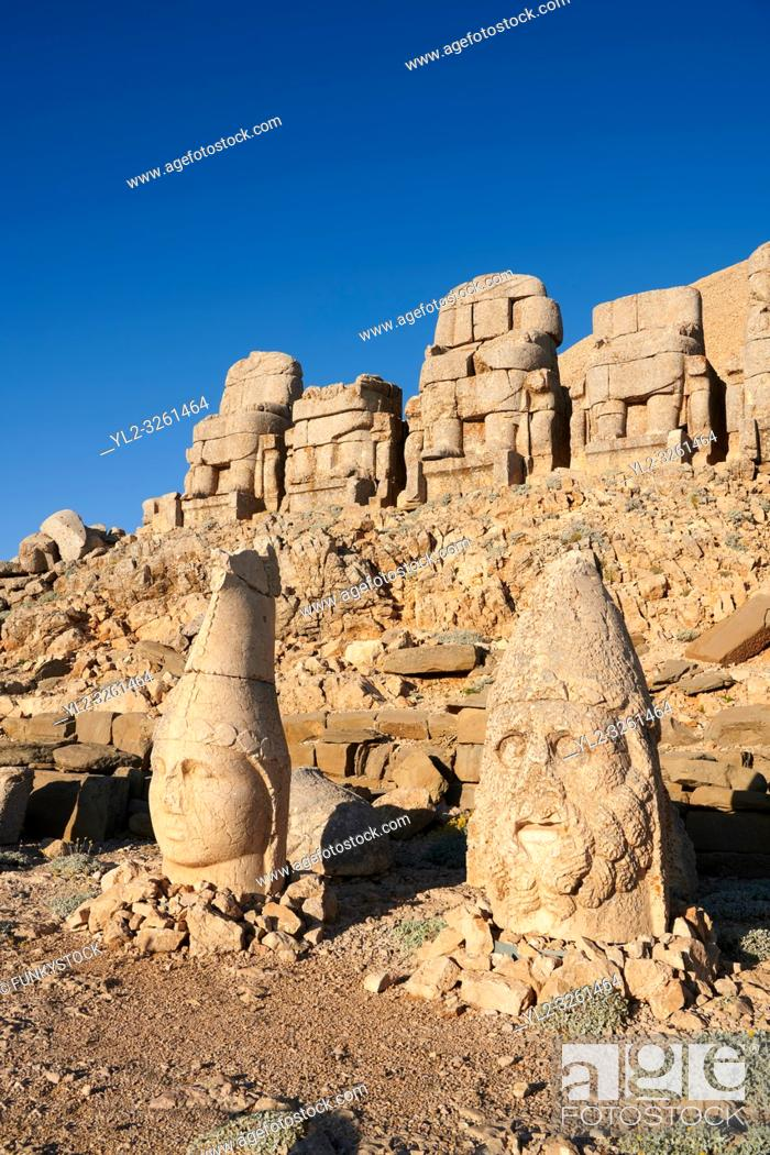 Imagen: Statue heads, from right, Herekles & Apollo with headless seated statues in front of the stone pyramid 62 BC Royal Tomb of King Antiochus I Theos of Commagene.