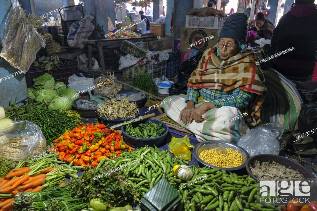 Imagen: Moirang, India - December 2020: A woman selling vegetables in the Moirang market on December 29, 2020 in Manipur, India.
