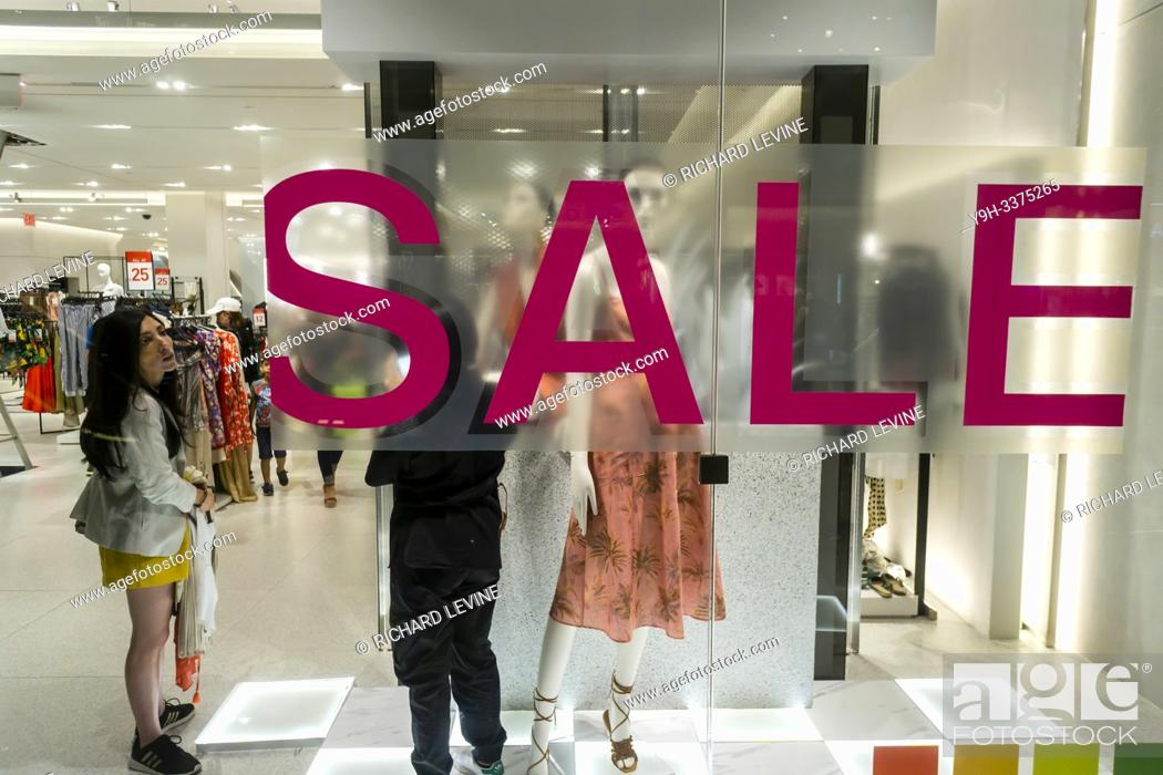 Imagen: Sale sign in the window of a Zara store in Hudson Yards in New York on Sunday, July 7, 2019. (© Richard B. Levine).