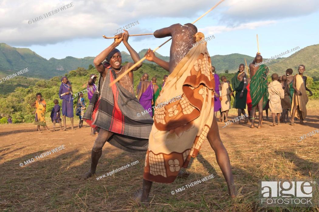 Imagen: Donga stick fighters, Surma tribe, Tulgit, Omo river valley, Ethiopia.