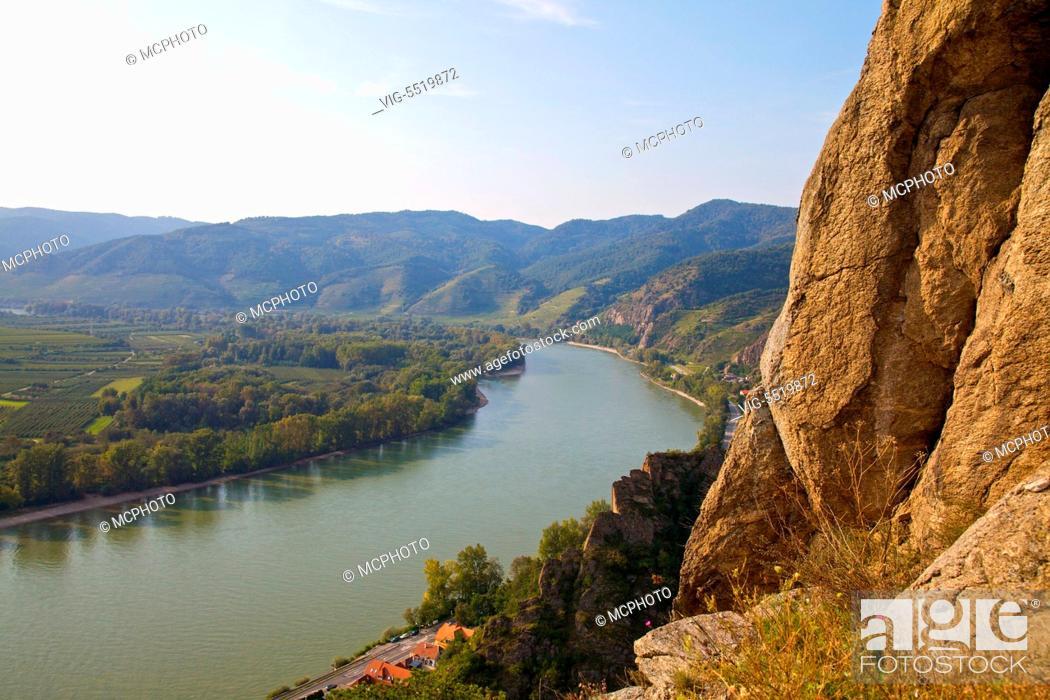 Stock Photo: Aussicht von der Ruine Du̿rnstein auf die Donau, O̿sterreich, Niedero̿sterreich, Wachau, Du̿rnstein - View from Duernstein Castle to Danube river, Austria.