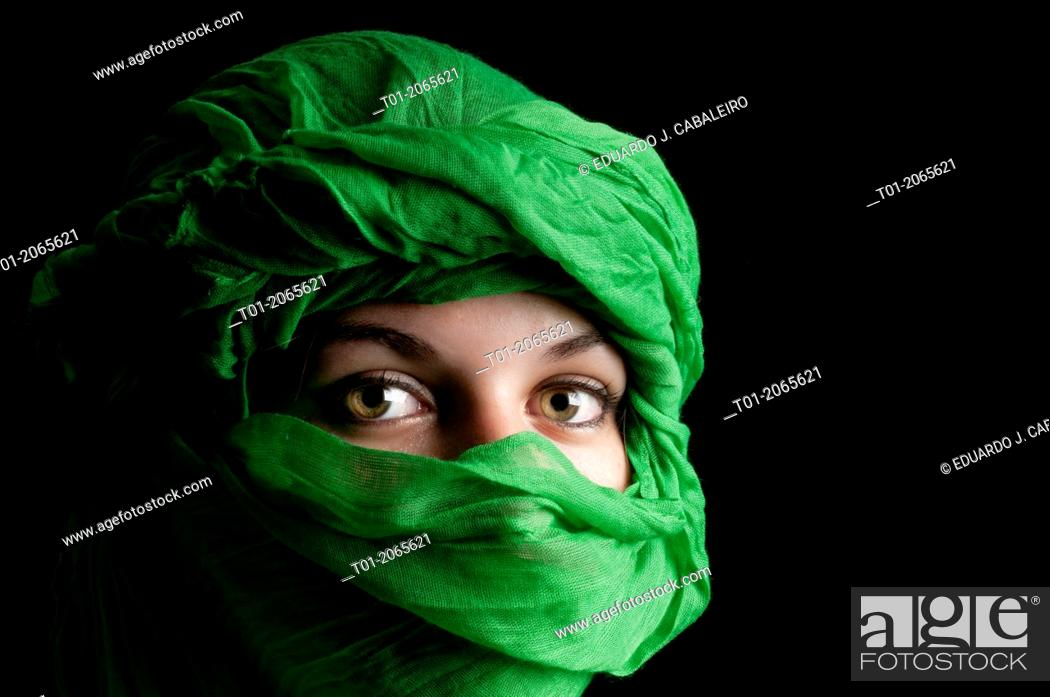 Imagen: Eyes of girl with green turban.
