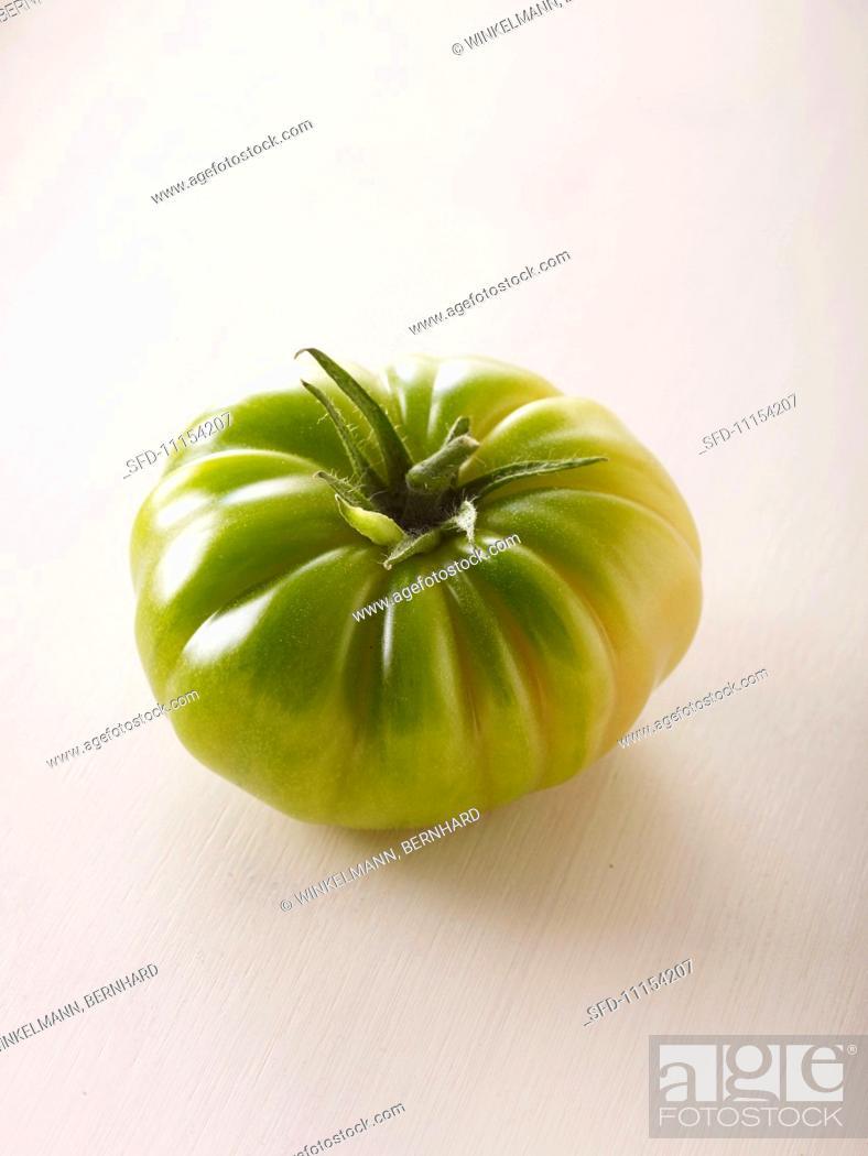 Photo de stock: A green tomato of the variety 'Evergreen'.