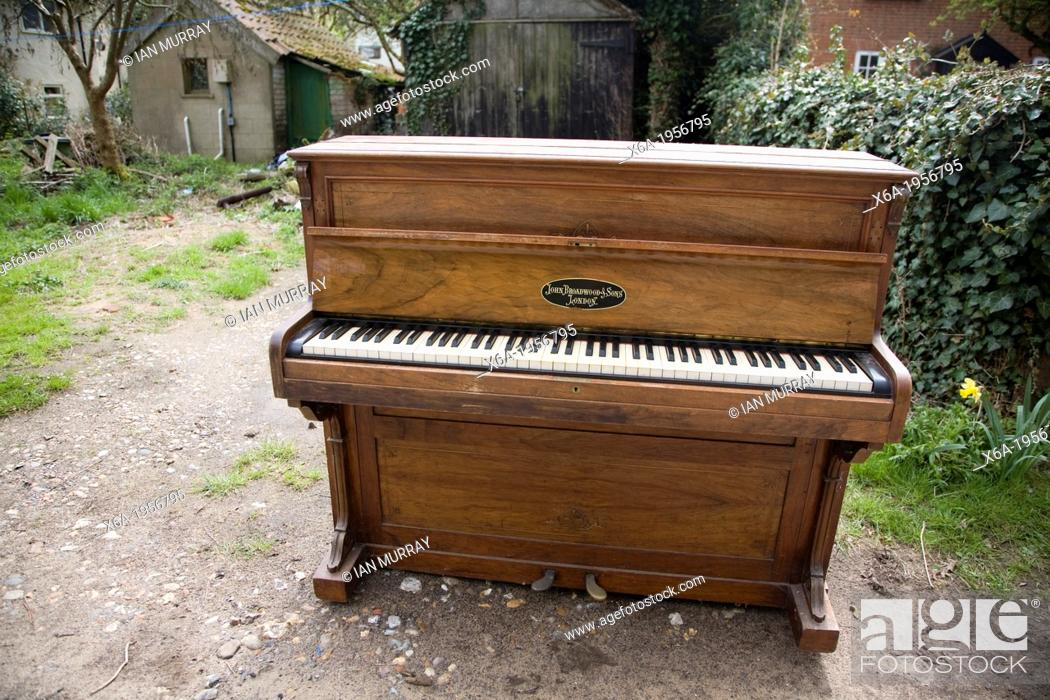 Photo de stock: Abandoned piano standing outside in garden.