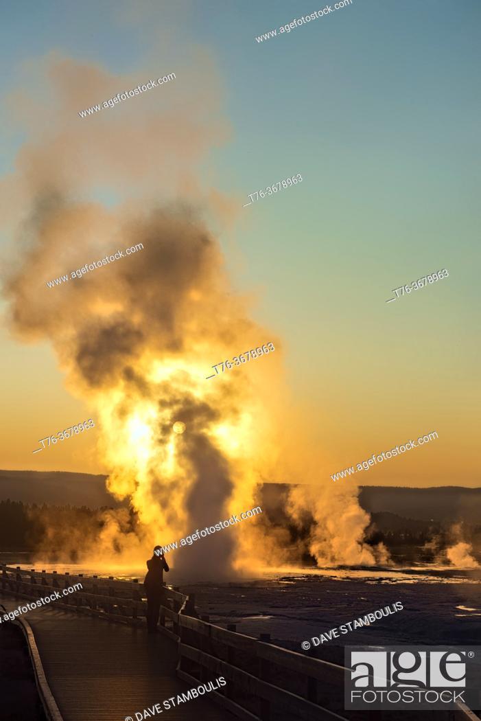 Imagen: Clepsydra Geyser erupting at sunset, Lower Geyser Basin, Yellowstone National Park, Wyoming, USA.