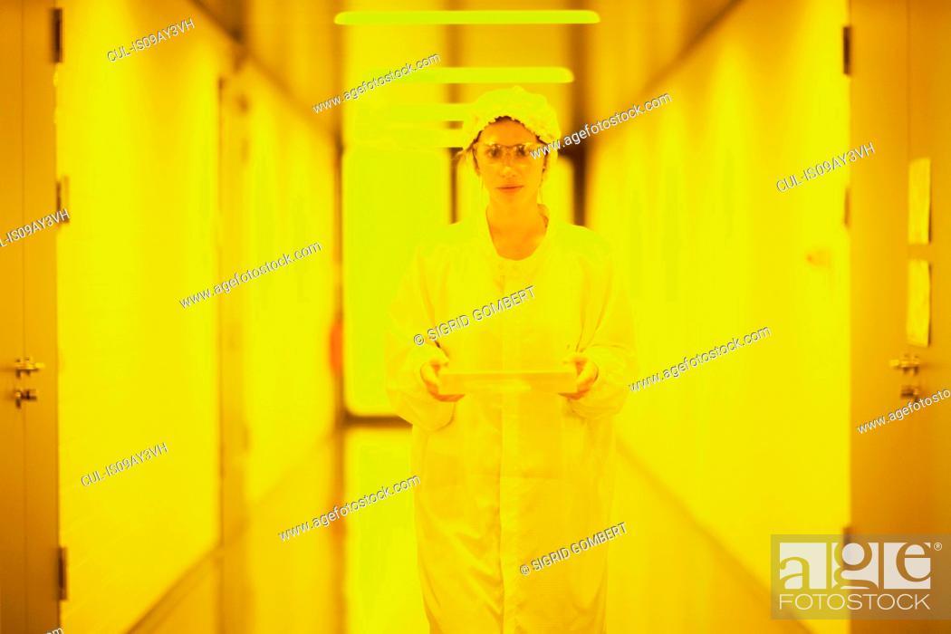 Imagen: Scientist in holographic laboratory.