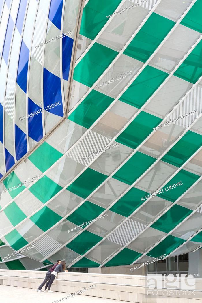 Photo de stock: France, Paris, Bois de Boulogne, Acclimatization Garden, Mahatma Gandhi Avenue, Louis Vuitton foundation, designed by Frank Gehry (inaugurated in 2014) with a.