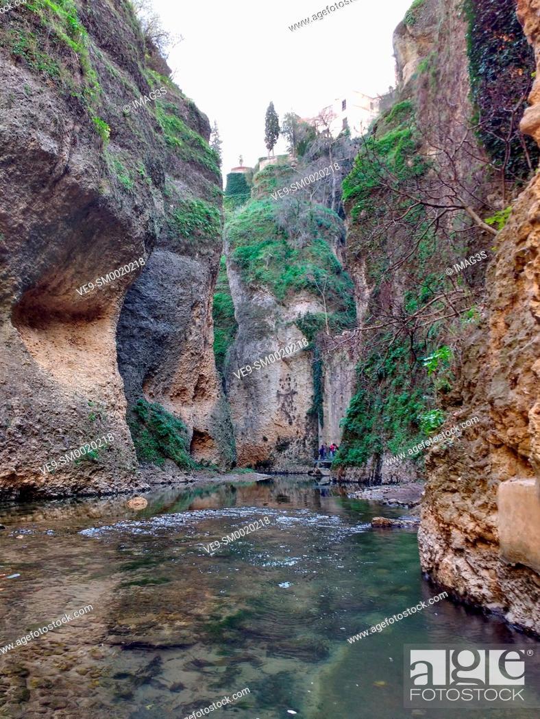 Imagen: Guadalevín river in El Tajo gorge, under the Puente Nuevo bridge, Ronda, Malaga province, Andalusia, Spain, Europe.