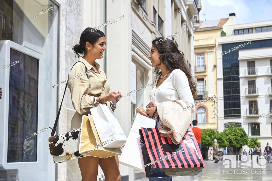 Imagen: Two young girls enjoying a morning of shopping.
