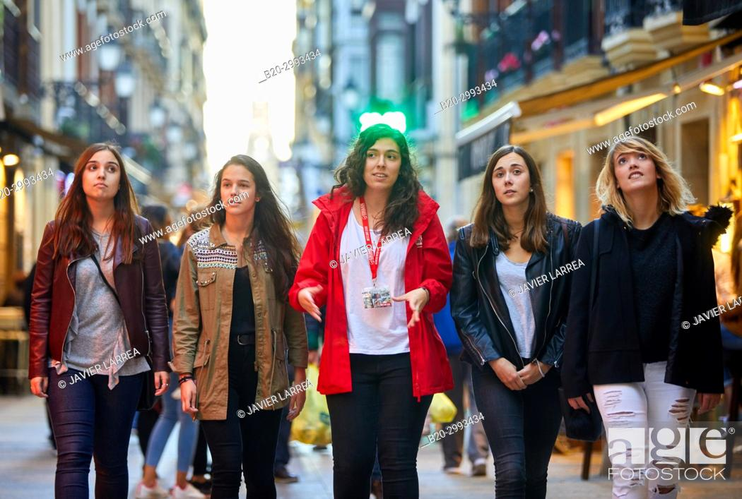 Photo de stock: Group of tourists and guide making a tour of the city, Old Town, Donostia, San Sebastian, Gipuzkoa, Basque Country, Spain, Europe.