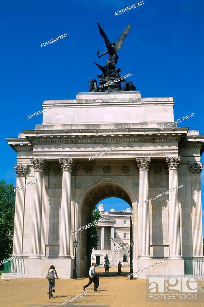 Stock Photo: England - London - Mayfair district - Hyde Park Corner - Wellington Arch - Quardiga statue.