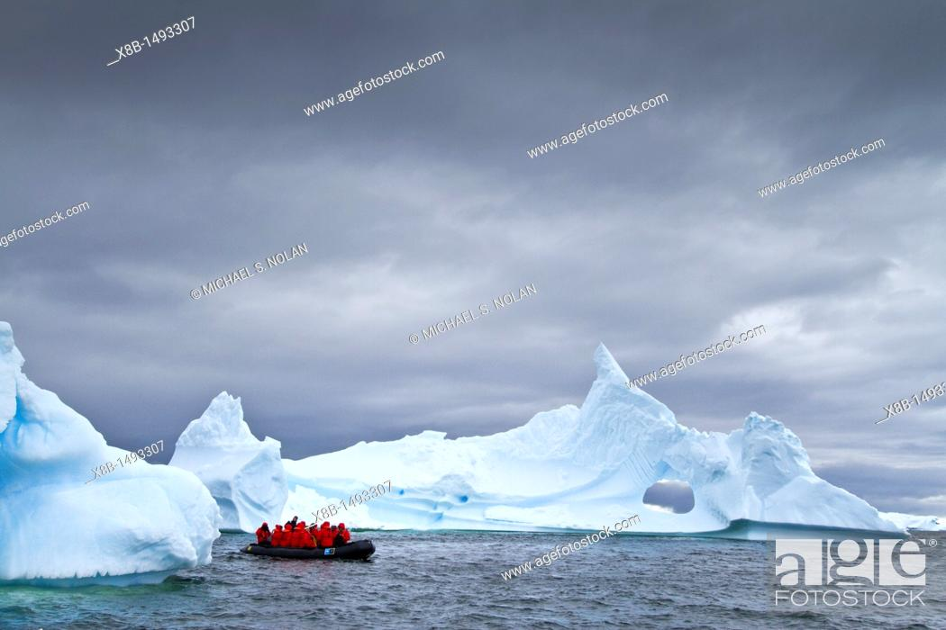 Imagen: Guests from the Lindblad Expedition ship National Geographic Explorer enjoy Antarctica by Zodiac MORE INFO Lindblad Expeditions pioneered Antarctic travel in.