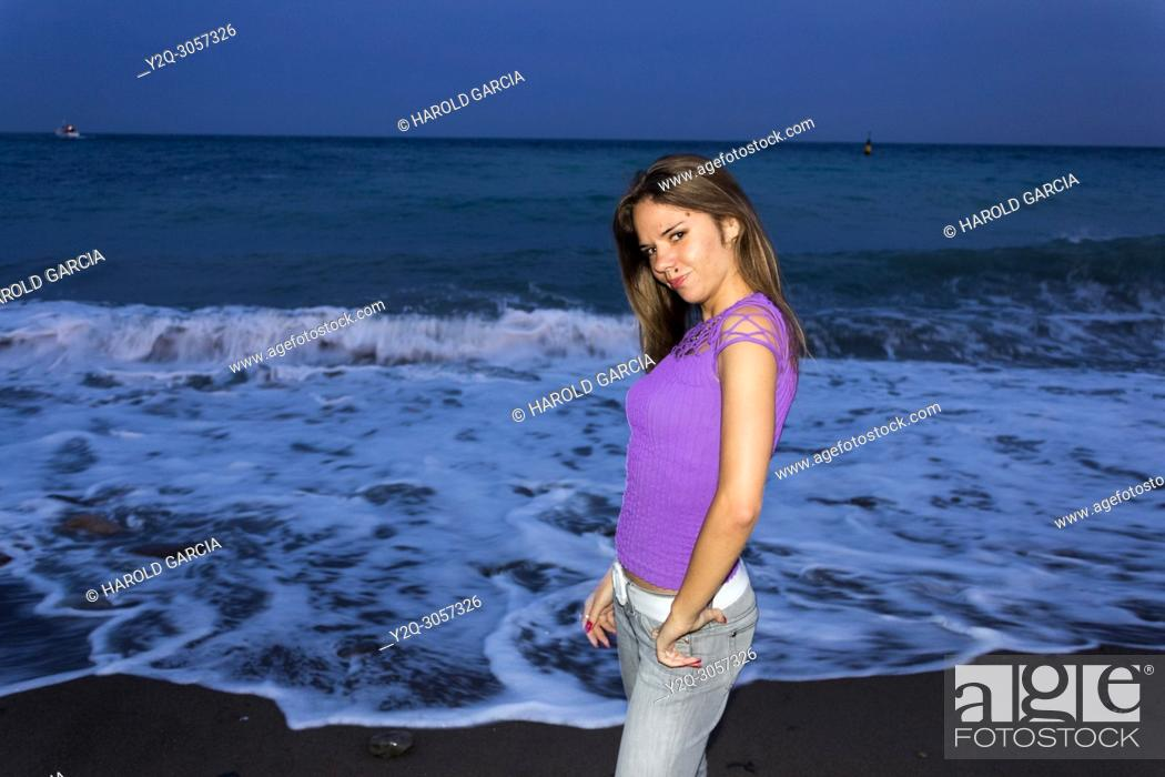 Imagen: Beautiful, attractive Ukrainian woman posing near the black sea for a photographic sequence in Yalta, Crimea.