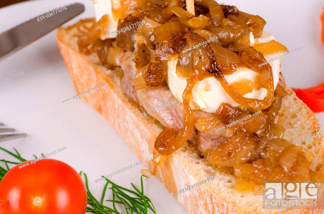 Imagen: Pork loin with goat cheese and caramelized onions, Spanish tapa.