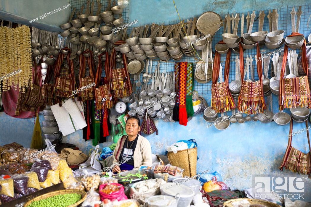 Imagen: Lady selling vegetables and utensils. Bomdila bazaar, Arunachal Pradesh, India.